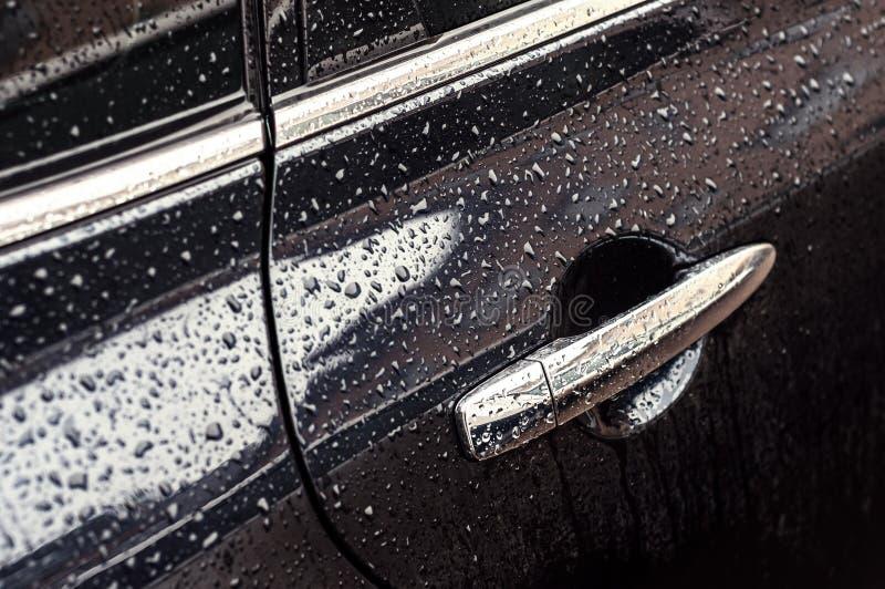 Auto in dalingen van water na regen stock fotografie