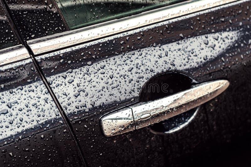 Auto in dalingen van water na regen royalty-vrije stock fotografie