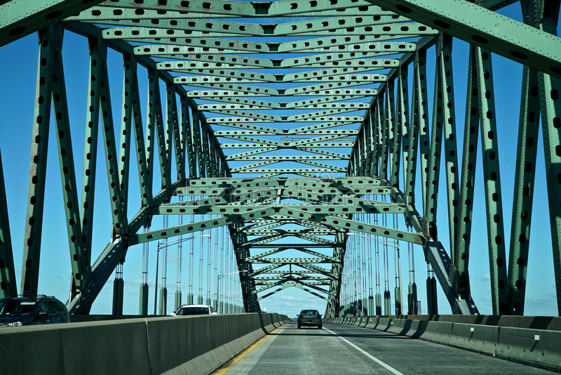 Auto, das eine Brücke kreuzt stockfotografie