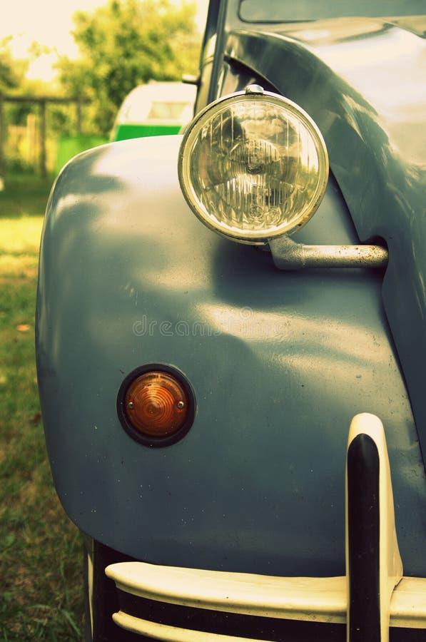Auto, das entlang Sie mit seinem wachsamen Auge anstarrt stockfotos