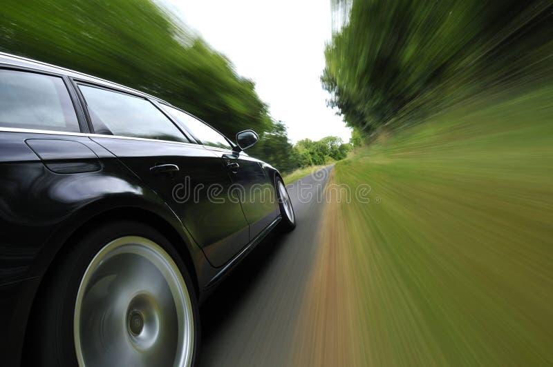 Auto, das in Landschaft reist lizenzfreies stockbild
