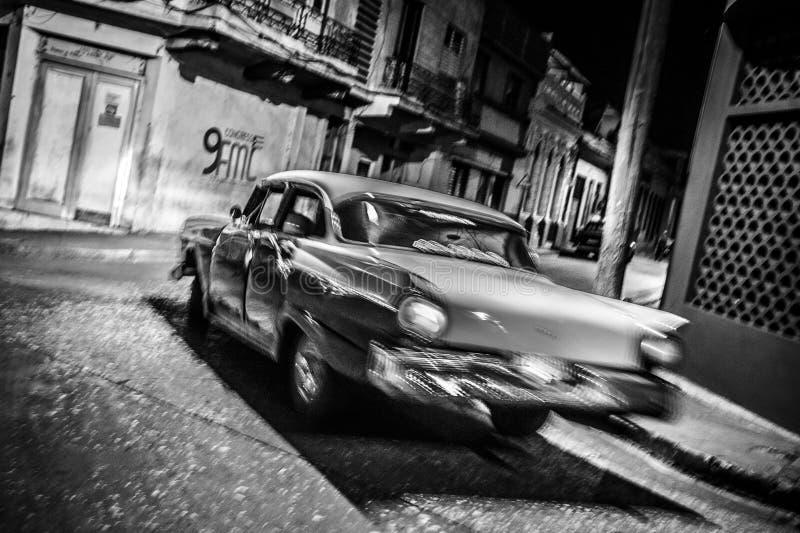 Auto, das in Nacht läuft lizenzfreies stockbild