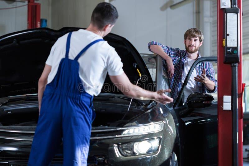 Auto de dienstarbeider die auto diagnostiseren royalty-vrije stock foto