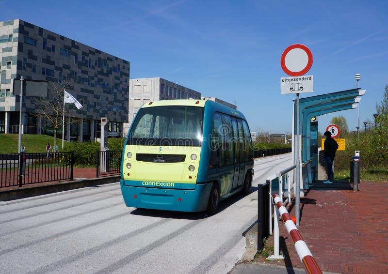 Auto de Parkshuttle que conduz o ônibus em Rotterdam, os Países Baixos imagens de stock royalty free