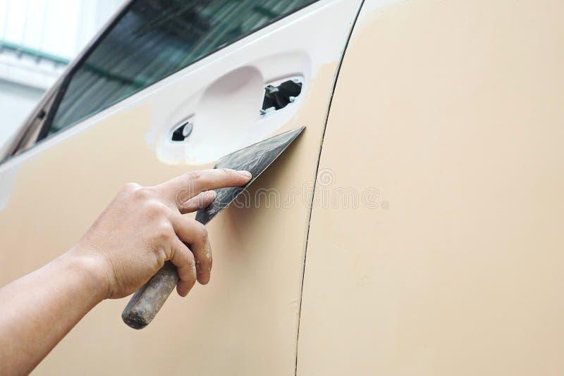 Auto de reparatieverf van de autocarrosserie na het ongeval tijdens het bespuiten royalty-vrije stock afbeeldingen