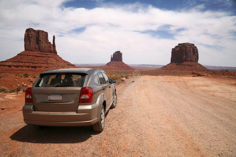 Auto in de Vallei van het Monument, het StammenPark van Navajo stock afbeelding