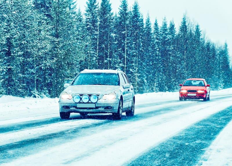 Auto in de de winterweg in Rovaniemi Lapland, Finland stock foto's