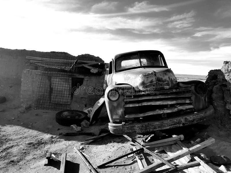 Auto in de woestijn stock afbeelding