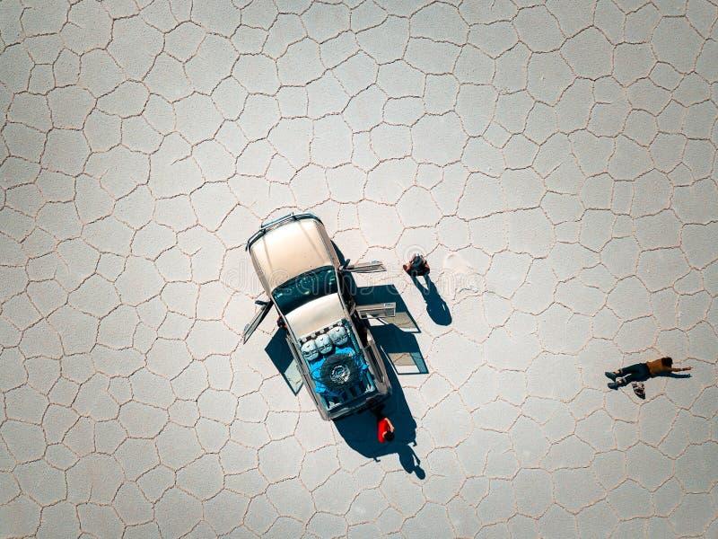 Auto in de zoute vlakten van Bolivië royalty-vrije stock afbeelding