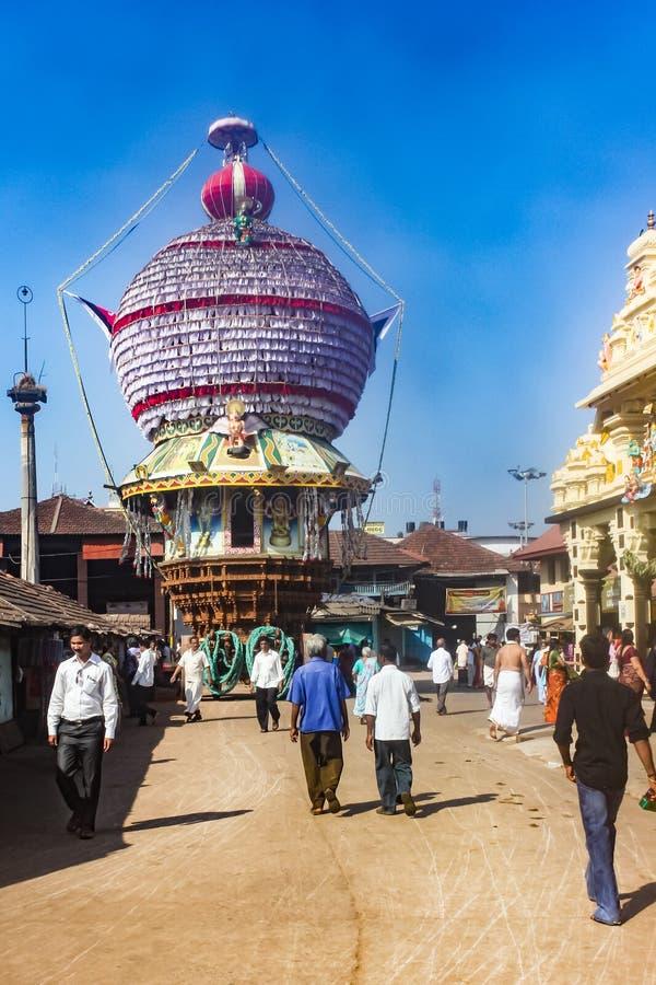 Auto del templo decorado frente al templo Krishna, Udupi, India imagen de archivo