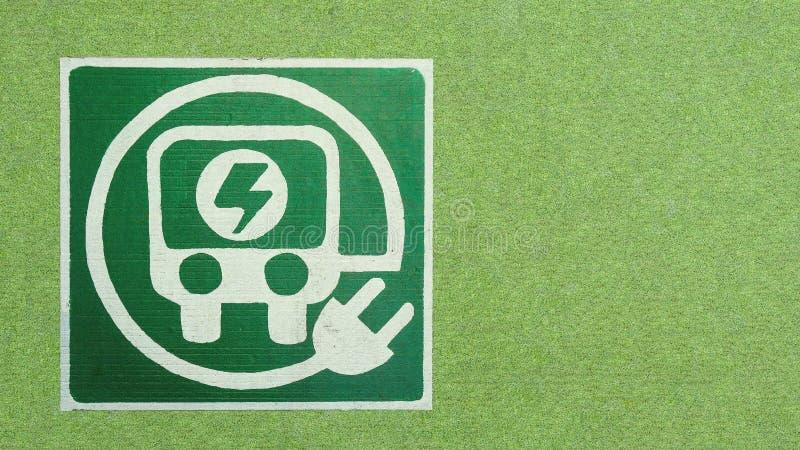 Auto der elektrischen Ladung und Selbsttransportlogo in den grünen Glasländern stockfoto