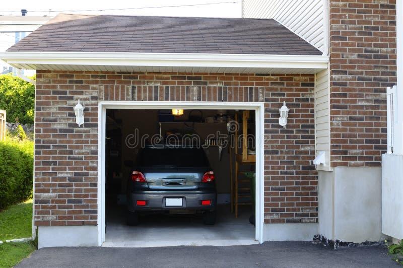 Auto in der Garage lizenzfreies stockbild