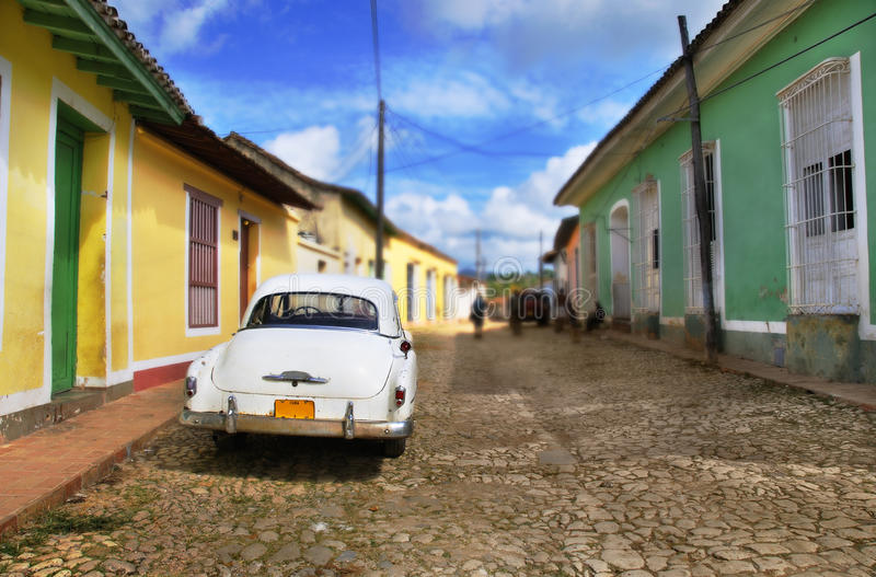 Auto in der Trinidad-Straße, Kuba lizenzfreies stockbild