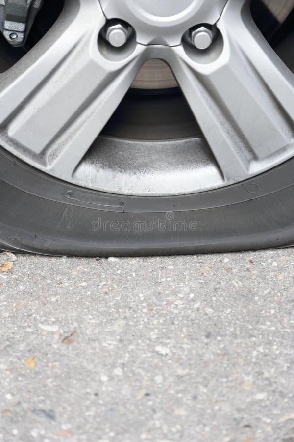 Download Auto Des Flachen Gummireifens Stockfoto - Bild von flach, gebrochen: 27726702
