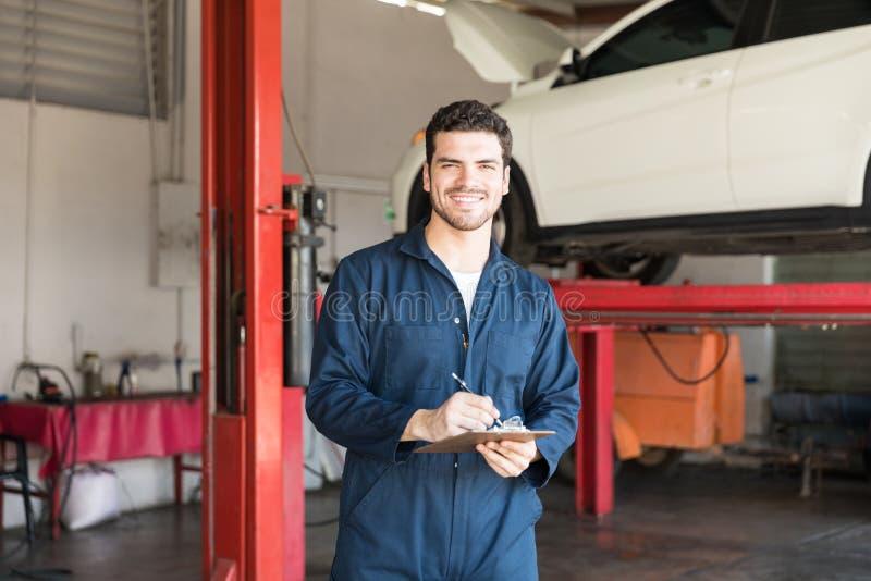 Auto Deskundige het Voorbereidingen treffen Controlelijst voor de Beste Dienst in Garage stock afbeelding