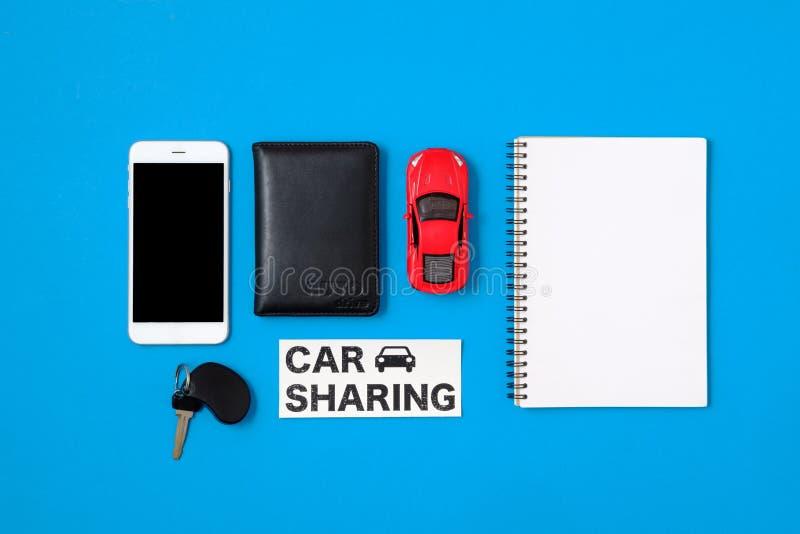 Auto die concept delen De samenstelling met rijbewijs, het lege document, stuk speelgoed de auto, de autosleutel en de tekst onde stock fotografie