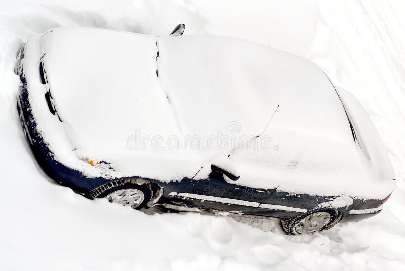 auto die in de wintersneeuw wordt behandeld