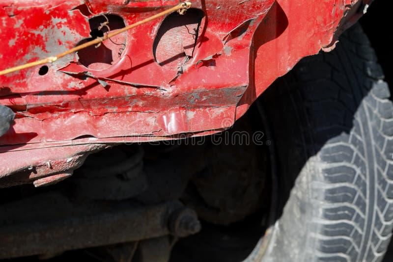 Auto die door een verkeersongeval wordt beschadigd stock afbeeldingen