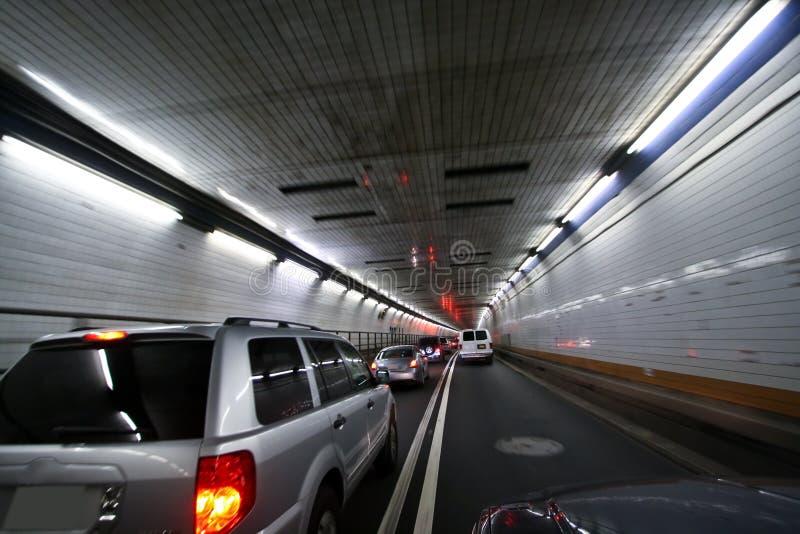Auto die en het draaien tunnel verzendt stock foto