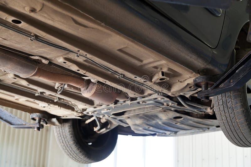 Auto die op autohijstoestel bij benzinestation wordt opgeheven royalty-vrije stock fotografie