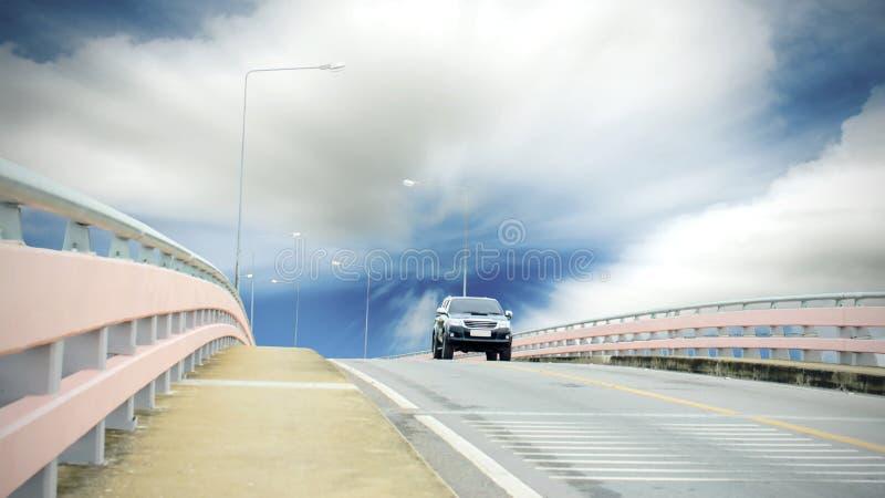 Auto die op de weg lopen stock foto's
