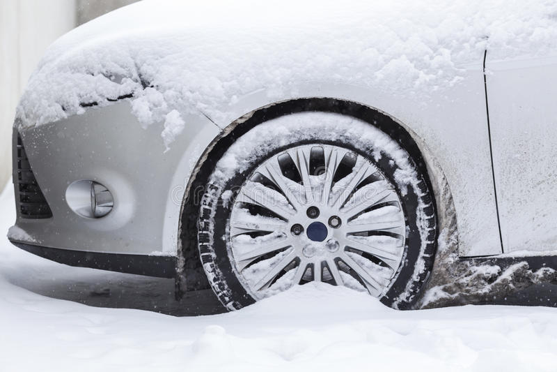 Auto die in sneeuw wordt geplakt stock foto's