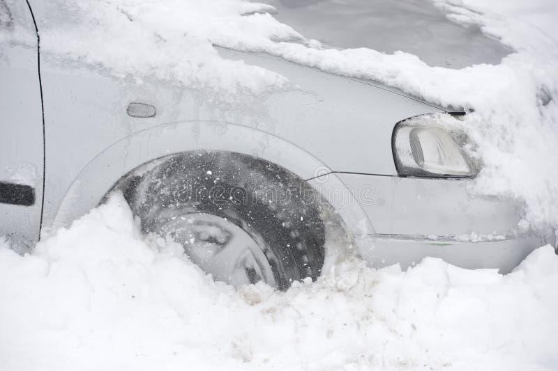 Auto die in sneeuw wordt geplakt stock fotografie