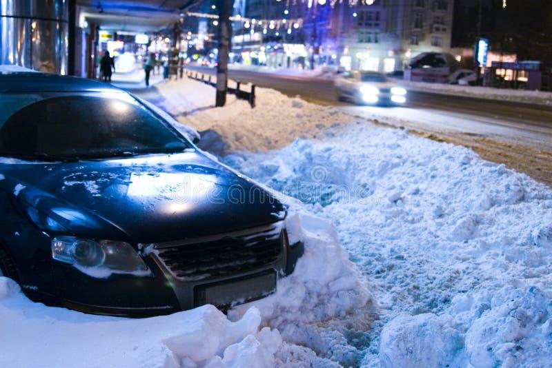 Auto die in sneeuw wordt opgesloten stock foto