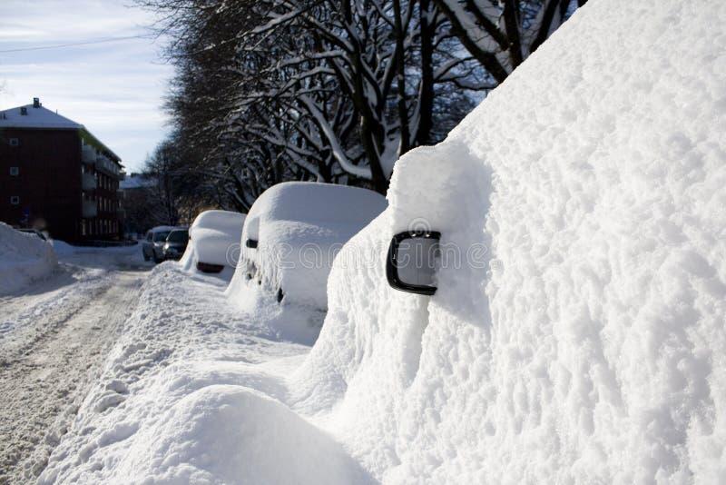 Auto die in sneeuw, zijaanzichtspiegel wordt begraven royalty-vrije stock afbeelding