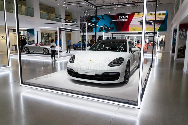 Auto die van de Sportturismo van Porsche Panamera de Turbos e-Hybride zich bij Volkswagen-Groep forumaandrijving bevinden in Berl stock foto