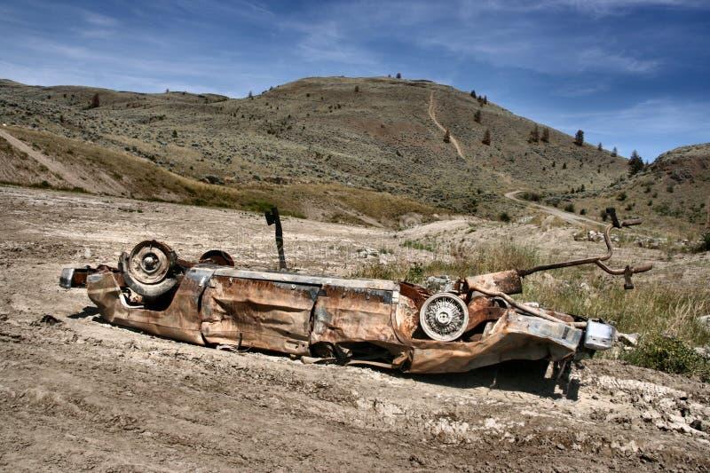 Auto die in woestijn wordt verpletterd royalty-vrije stock foto's