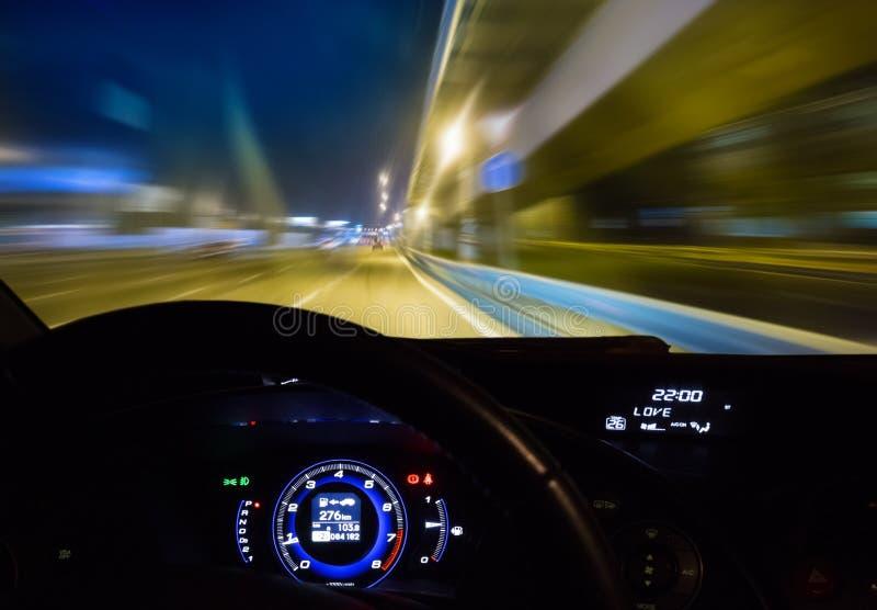 Auto die zich op weg bij nacht bewegen royalty-vrije stock afbeeldingen