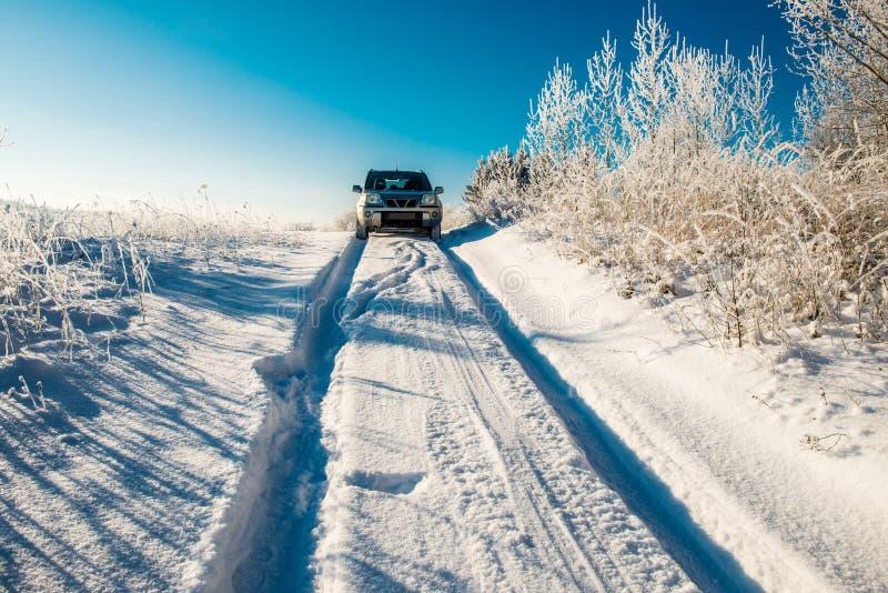 Auto in diepe sneeuwweg stock afbeelding