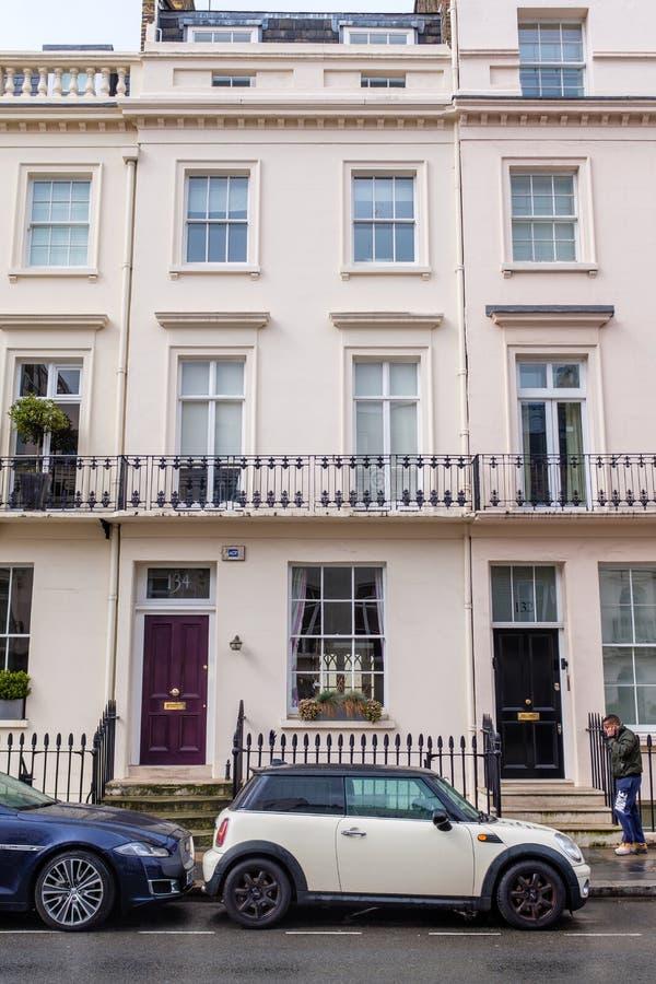 Auto door een luxehuis wordt geparkeerd in Londen dat royalty-vrije stock foto's