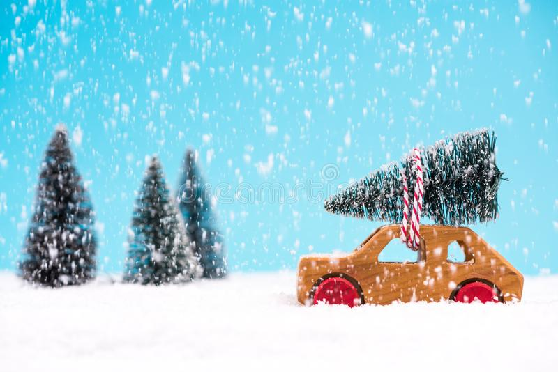 Auto dragende Kerstboom in de winterwonder land stock afbeeldingen