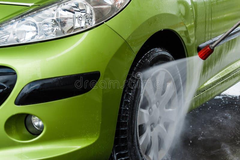 Auto in een autowasserette royalty-vrije stock foto's