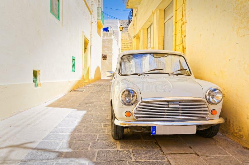 Auto in een steeg in IRL-Rabat, Gozo wordt geparkeerd die royalty-vrije stock foto