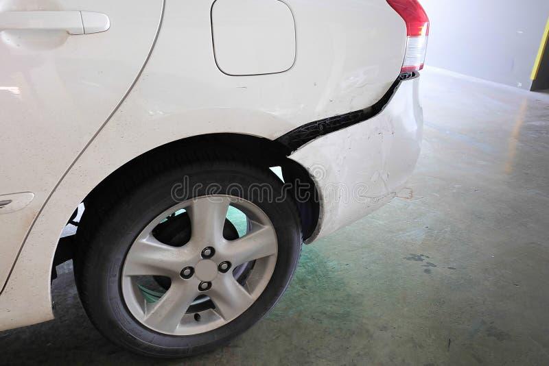 Auto eingebeult nach Unfall stockfotografie