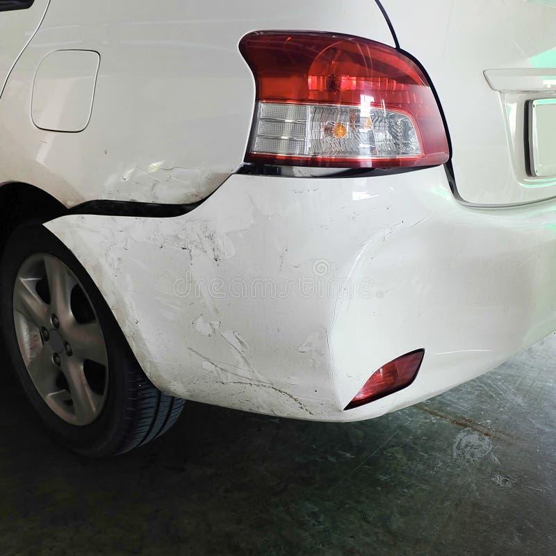 Auto eingebeult nach Unfall stockfotos