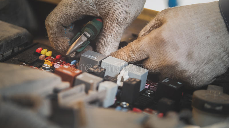 Auto elektrische reparatie, elektro bedrading in de autokap stock foto's