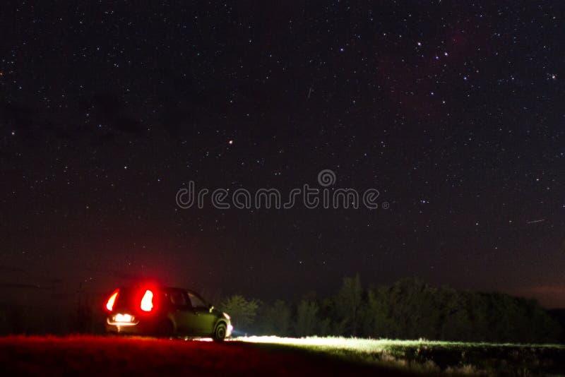 Auto en nachthemel royalty-vrije stock afbeelding