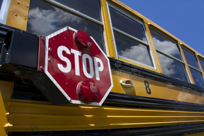 Auto escolar com sinal do batente foto de stock