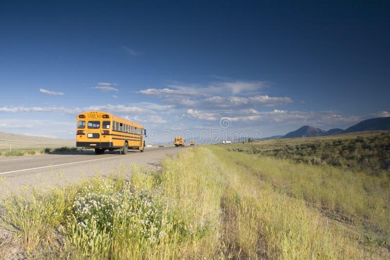 Auto escolar na estrada imagens de stock royalty free