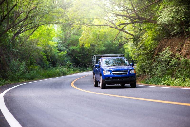 Auto fährt durch die Kurve lizenzfreie stockbilder