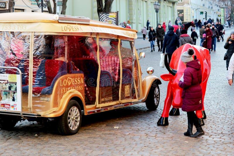 Auto für gehende Touristen im Stadtzentrum lizenzfreie stockbilder