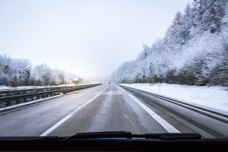 Auto-Fahren auf Snowy-Straßen-Landstraße Autobahn-Deutsch-Transport stockbilder