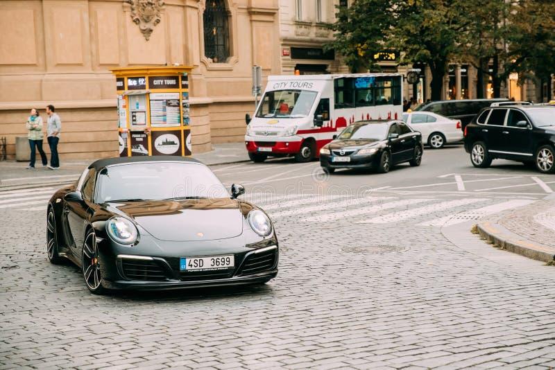 Auto Front View Of Black Porsches 991 Targa 4S, das Straße weitergeht stockfoto