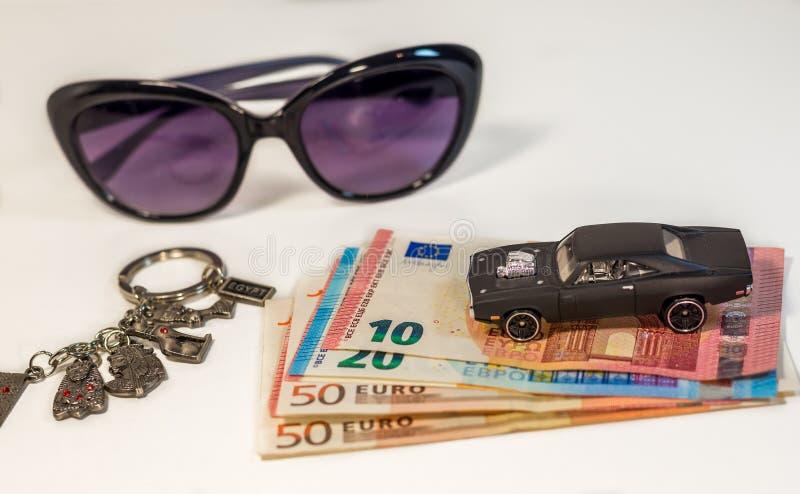 Auto, geld, zonnebril - aan reis naar Egypte wordt geplaatst dat royalty-vrije stock fotografie