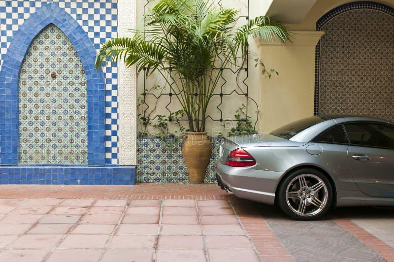 Auto geparkte dekorative Wand lizenzfreies stockfoto