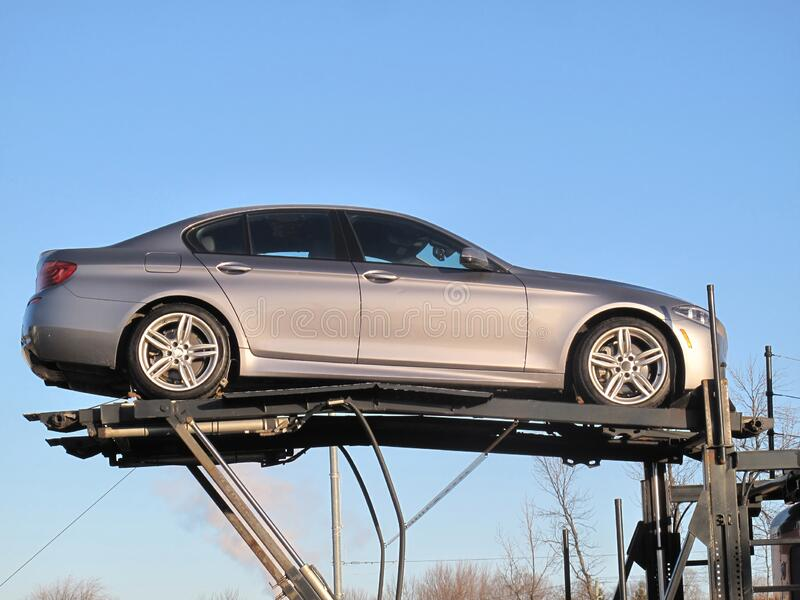 Auto grigia sollevata in alto su una piattaforma fotografie stock